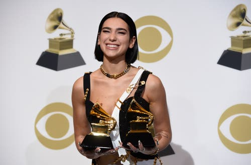 Dua Lipa mit den Grammys für die beste neue Künstlerin und die beste Dance-Aufnahme («Electricity»). (Bild: Chris Pizzello/Invision/AP (Los Angeles, 10. Februar 2019))