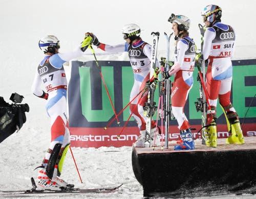Das Team gratuliert Ramon Zenhäusern zur gelungenen Fahrt. (Bild: Valdrin Xhemaj/EPA)
