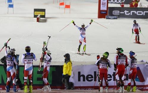 Ramon Zenhäusern jubelnd im Ziel. (Bild: Alessandro Trovati/AP)