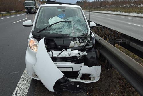 Rothenburg - 12. FebruarBei einem Unfall zwischen einem Lastwagen und einem Auto auf der Autobahn A2 in der Nähe des Rastplatzes Neuenkirch wurde am Montag eine Lenkerin leicht verletzt. Die Luzerner Polizei sucht Zeugen. (Bild: Luzerner Polizei)