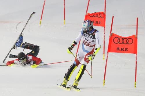 Daniel Yule fährt dem Niederländer Dries Van den Broecke beim Alpine Team Event ann den FIS-Ski-Weltmeisterschaften im schwedischen Are davon. (Bild: Valdrin Xhemaj/EPA)