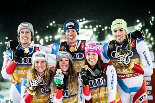 Von links: Sandro Simonet, Andrea Ellenberger, Aline Danioth, Ramon Zenhäusern, Wendy Holdener und Daniel Yule zeigen ihre Medaillen. (Bild: KEYSTONE/Jean-Christophe Bott)