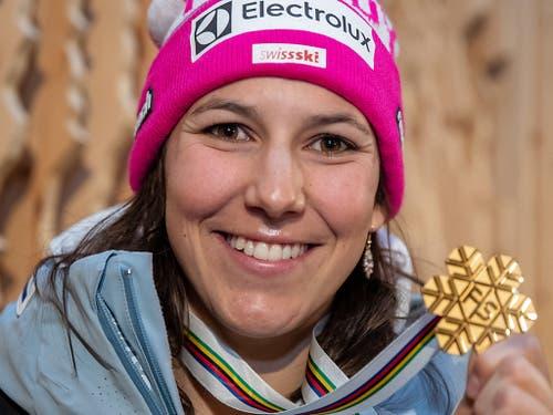 Wendy Holdener gewinnt nach Gold in der Kombination auch Gold mit dem Team (Bild: KEYSTONE/APA/APA/EXPA/JOHANN GRODER)