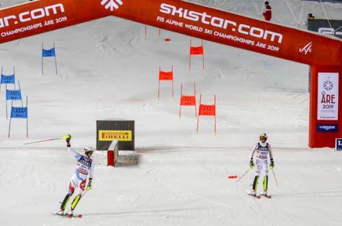 Ramon Zenhäusern gelangt im Final knapp vor dem Deutschen Linus Strasser ins Ziel. (Bild: Valdrin Xhemaj/EPA)