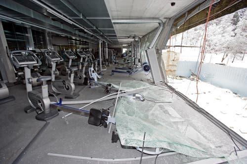 Die Dreifachturnhalle im GBS Riethüsli nach dem Einsturz des Daches. (Bilder: Archiv)