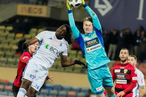 Kriens-Torhüter Simon Enzler hält, Lausannes Mickael Ange Nanizayamo kommt zu spät.