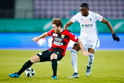 Nico Siegrist vom SC Kriens vor Mickael Nanizayamo am Ball. (Bild: Valentin Flauraud / Keystone)