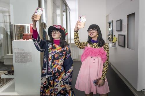 Einmal echt, einmal künstlich: In der Ausstellung ist auch die indonesische Modebloggerin Diana Rikasari (rechts) als Wachsfigur zu sehen.