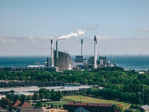 Die Skipiste befindet sich auf dem abgeschrägten Dach: Die neue Abfallverbrennungsanlage in Kopenhagen versorgt mehr als 150'000 Haushalte mit Elektrizität und Wärme. (Bild: Daniel Rasmussen)