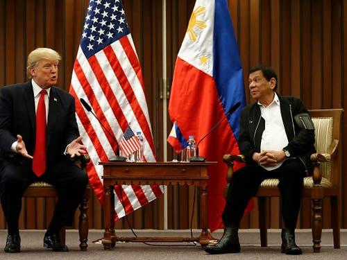 Präsident Rodrigo Duterte (rechts) möchte seine Philippinen gerne in Maharlika umtaufen. Ob dann auch die Landesflagge eine neue würde, ist offen. (Bild: KEYSTONE/EPA POOL/ROLEX DELA PENA / POOL)