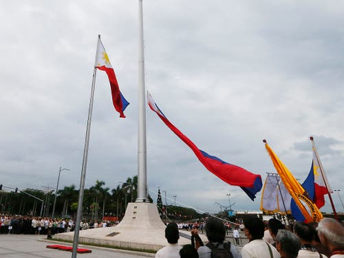 Philippinische Flaggen im Wind: ob auch sie erneuert würden, falls die Philippinen in Maharlika umgetauft würden, ist offen. Die Umbenennung, die Präsident Duterte gerne möchte, stösst nicht gerade auf Begeisterung im Land. (Bild: KEYSTONE/AP/BULLIT MARQUEZ)