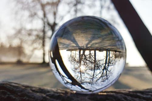 Ein Morgenblick durch die Glaskugel. (Bild: Anita Imfeld-Leu, Cham, 15. Februar 2019)