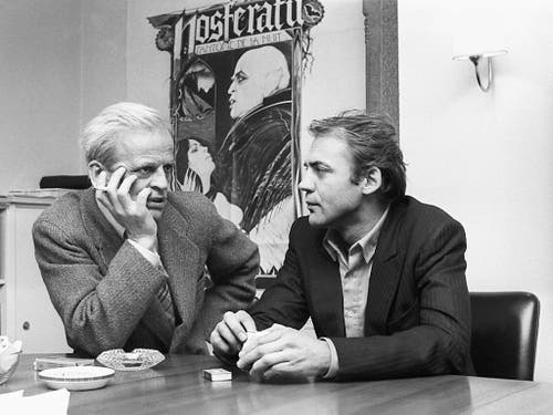 Der Schauspieler Bruno Ganz, rechts, am 14. Februar 1979 in Zürich im Gespräch mit dem Schauspieler Klaus Kinski, links, anlässlich der Pressevisionierung des Films «Nosferatu». (Bild: KEYSTONE/STR)