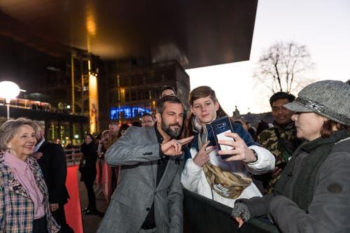 Bligg macht Selfies mit seinen Fans. (Bild: Roger Grütter (Luzern, 16. Februar 2019))