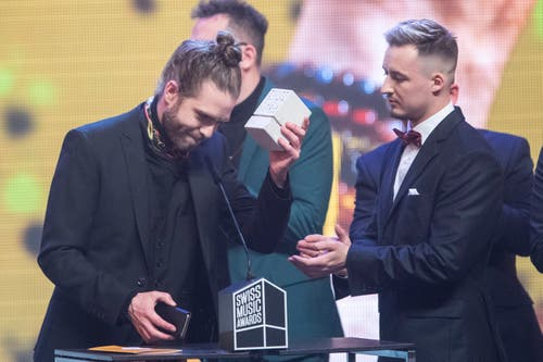 Lo & Leduc dürfen den begehrten Award in der Kategorie «Best Group» entgegennehmen. (Bild: KEYSTONE/Urs Flueeler)