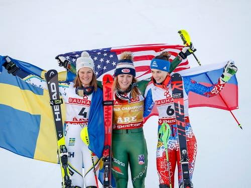 Die Medaillengewinnerinnen des Slaloms: links von Mikaela Shiffrin die Schwedin Anna Swenn Larsson, rechts die Slowakin Petra Vlhova (Bild: KEYSTONE/EPA/VALDRIN XHEMAJ)