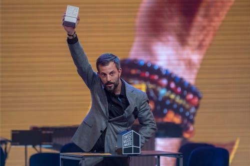 Bligg bedankt sich für den Sieg in der Kategorie «Best Album». (Bild: KEYSTONE/Urs Flueeler)