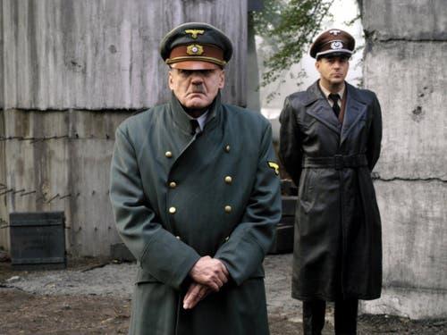 Bruno Ganz als Adolf Hitler (vorne) und Heino Ferch als Hitlers Reichsarchitekt Albert Speer in einer Szene des Kinofilms «Der Untergang» (undatiertes Szenenfoto). (Bild: KEYSTONE/Constantin_film/CONSTANTIN FILM)