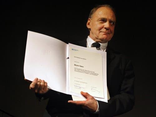 Theater- und Filmschauspieler Bruno Ganz strahlt über den erhaltenen Kunstpreis der Stadt Zürich an der Preisverleihung im Zürcher Kaufleuten am Sonntag, 5. November 2006. (Bild: KEYSTONE/WALTER BIERI)