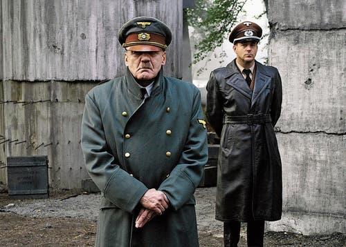 Beklemmend realistisch als zunehmend resignierter und dennoch monströser Hitler in «Der Untergang» (2004).