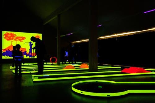 Das Schwarzlicht lässt die Bahnen im Neon-Licht leuchten.