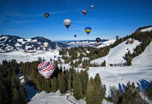 Am Sonntag, 17. Februar fand im Wintersportgebiet Sattel-Hochstuckli die 22. Ballonfiesta statt. Zahlreiche Schaulustige verfolgten den Massenstart der elf Heissluftballone. (Bild: Marcel Murri (17. Februar 2019))