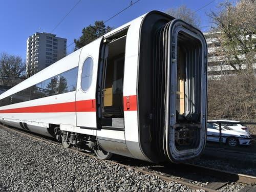 Dieser erste ICE-Bahnwaggon wurde quer zwischen den beiden Gleisen geschleift. Hier steht er nach der Bergung wieder auf den Schienen. (Bild: KEYSTONE/GEORGIOS KEFALAS)