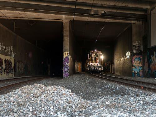 Zwanzig Meter vor dieser Trennwand zwischen den Gleisen kam der Unglückszug zum Stillstand. Im Hintergrund ein Einsatzzug der SBB - bis etwa dorthin war die ICE-Lok gekommen. Der Schotterhaufen im Vordergrund markiert den Ort, wo der erste quer Wagen quer zwischen den Gleisen hing. (Bild: KEYSTONE/GEORGIOS KEFALAS)