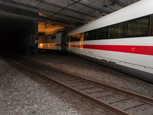 Buchstäblich in letzter Minute hielt der ICE-Zug an, bevor der entgleiste Wagen, der quer zwischen den Gleisen mitgeschleift wurde, in die Tunnel-Trennmauer krachte. (Bild: KEYSTONE/GEORGIOS KEFALAS)