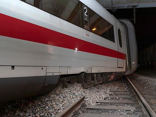 Der zwischen den Gleisen mitgeschleifte ICE-Wagen schaufelte Schotter auf die Schienen. (Bild: KEYSTONE/GEORGIOS KEFALAS)