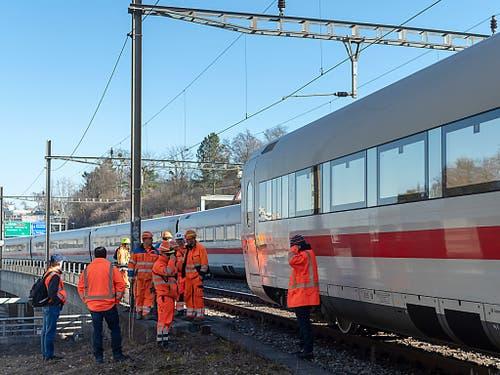 Just beim Unfallort überqueren die Bahngeleise die vielbefahrene Autobahn A2 Schweiz-Deutschland. Die A2 wurde von der Zugentgleisung nicht tangiert. (Bild: KEYSTONE/GEORGIOS KEFALAS)
