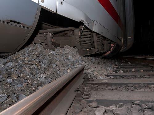 Mindestens der entgleiste ICE-Wagen wurde beschädigt. (Bild: KEYSTONE/GEORGIOS KEFALAS)