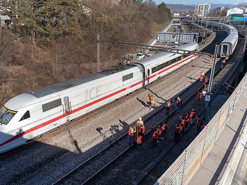 Nach einer Weichenpassage unweit der Basler Eisenbahnbrücke über den Rhein war der Triebkopf (Lok) des ICE nicht mehr auf dem gleichen Gleis unterwegs wie der Rest des Zuges. Der erste Wagen hing quer dazwischen. Hier steht er nach der Bergung wieder auf den Schienen. (Bild: KEYSTONE/GEORGIOS KEFALAS)