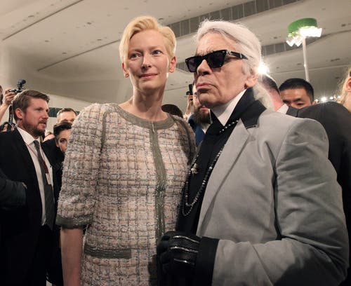 Karl Lagerfeld 2015 mit Schauspielerin Tilda Swinton. (Bild: Ahn Young-Joon / AP)