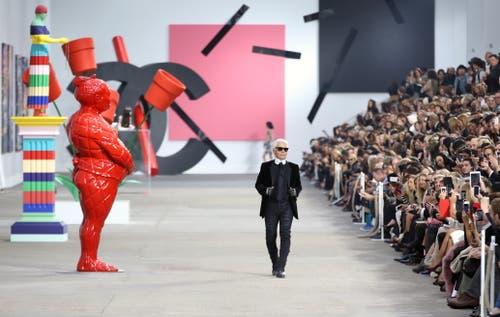 Karl Lagerfeld, 2013 bei der Vorstellung der Frühlingskollektion in Paris. (Bild: Christophe Karaba / EPA)
