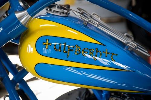 Der Chopper wurde ausnahmsweise in Glanz und in den Farben Schwedens lackiert.