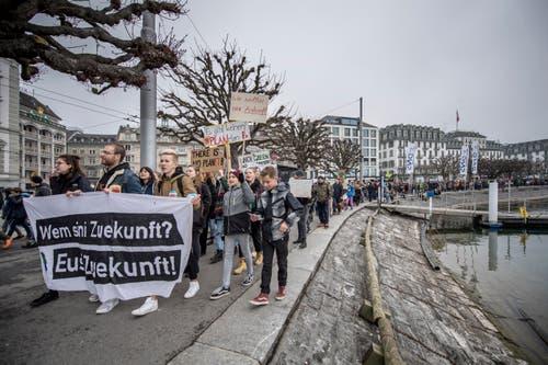 Zweite Klimademonstration von Schülern beim Pavillion am Nationalquai in Luzern. Die Route führte dann zum Jesuitenplatz. Auf dem Bild zu sehen sind Impressionen der Demonstration. (Bild: Pius Amrein (Luzern, 2. Februar 2019))