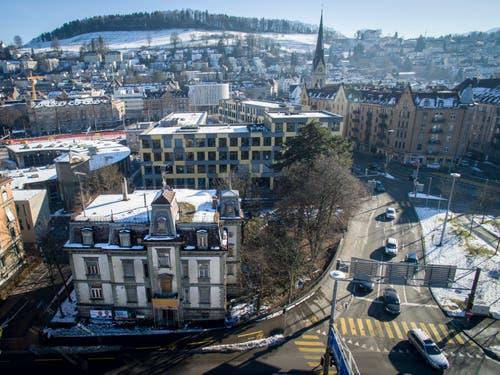 Die Villa Wiesental (Rosenbergstrasse 95) und rechts davon die Verzweigung Rosenberg- und St.-Leonhard-Strasse. Dahinter ist das Geschäftshaus «Sankt Leopard» zu erkennen. (Bild: Urs Bucher und Benjamin Manser - 25. Januar 2016)