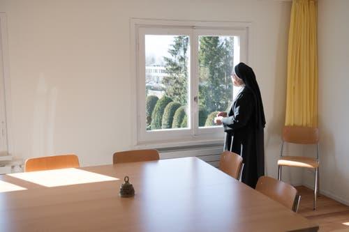 Äbtissin Pia geniesst den Blick aus einem der Fenster im Gemeinschaftsraum der Schwestern aus Wikon im Haus Nazareth.