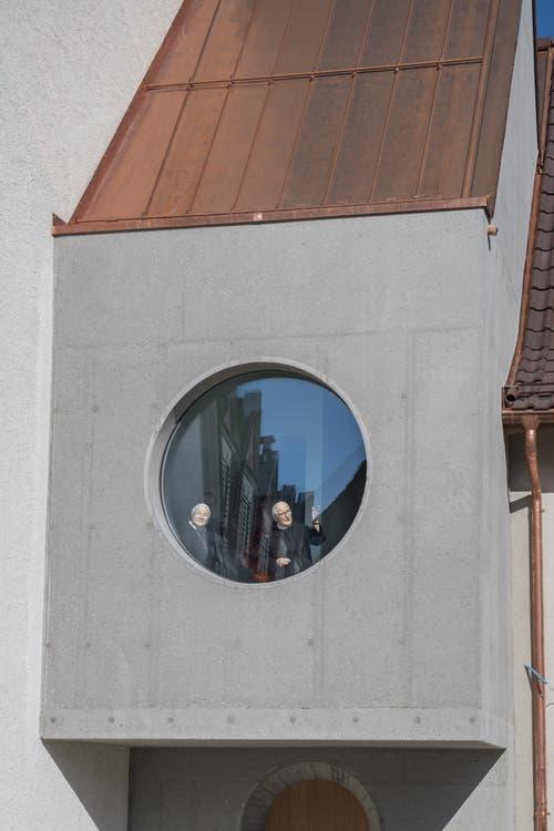 Gute Aussichten: Äbtissin Pia und Priorin Daniela Bieri blicken aus dem Fenster im neuen Verbindungstrakt zwischen dem Kloster und dem Josefshaus.