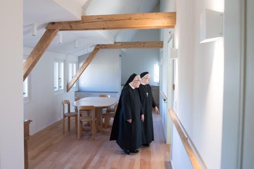 Priorin Daniela und Äbtissin Pia werfen einen Blick in eines der Zimmer im Josefshaus.