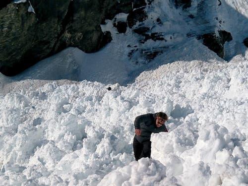 Riesige Schneemengen auf der Piste nach dem Lawinenabgang. (Bild: Keystone/EPA KEYSTONE/DENIS MENTHA)