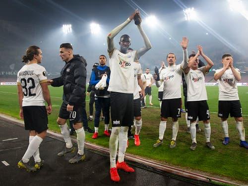 Assan Ceesay und seine Teamkollegen bedanken sich bei den Fans für die Unterstützung (Bild: KEYSTONE/MELANIE DUCHENE)