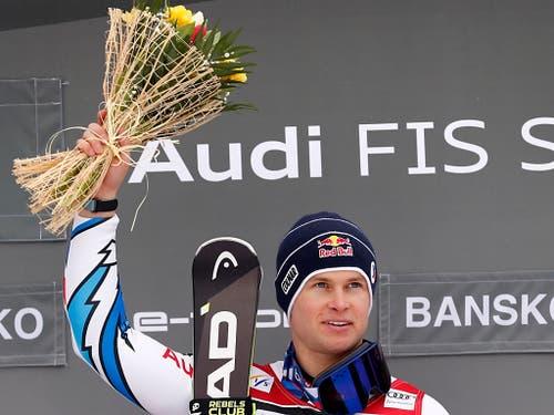 Blumen für Pinturault, der auch die Kristallkugel für den Disziplinen-Weltcup gewinnt (Bild: KEYSTONE/AP/GABRIELE FACCIOTTI)