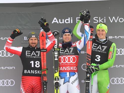 Alexis Pinturault mit Marcel Hirscher (links) und dem drittplatzierten Slowenen Stefan Hadalin (rechts) (Bild: KEYSTONE/EPA/GEORGI LICOVSKI)
