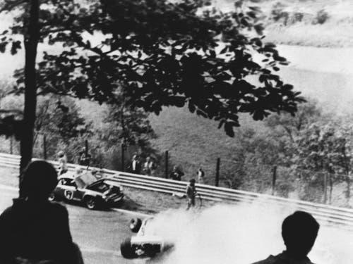 Nach einem Zusammenstoss in der zweiten Runde beim Grand Prix auf dem Nürburgring am 1. August 1976 brennt der Ferrari des österreichischen Formel-1-Weltmeisters Niki Lauda. Lauda trägt schwere Verbrennungen davon (Bild: KEYSTONE/EPA/STR)