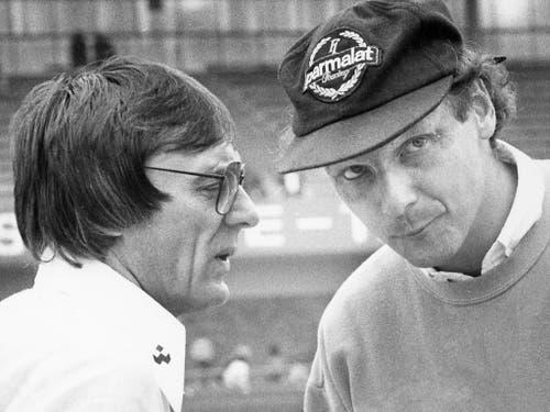 Niki Lauda (rechts) zusammen mit Bernie Ecclestone im Jahr 1980 (Bild: KEYSTONE/AP NY/THOMAS MEYER)