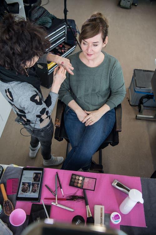 Schauspielerin Rachel Braunschweig in der Maske. Braunschweig verkörpert die Hauptfigur Marina, eine Oberstufenlehrerin, welche ein Doppelleben führt.