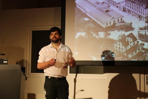 Architekt Arno Bruderer erzählt am Stadtapéro, wie die Planer vorgegangen sind. (Bild: Jolanda Riedener)