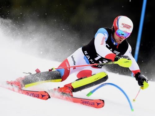 Mauro Caviezel kämpft sich nach Bestzeit im Super-G durch die Slalomtore - am Ende wird er Sechster (Bild: KEYSTONE/EPA/VASSIL DONEV)